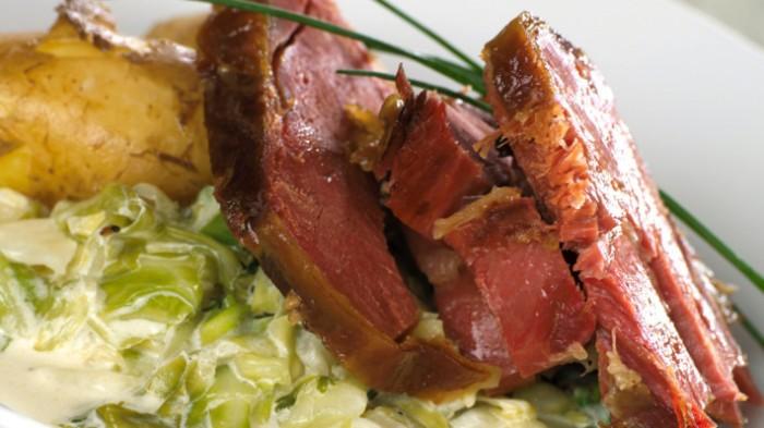 Kokt og ovsbakt fenalår med spisskålstuing