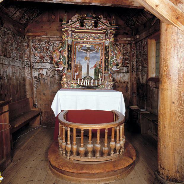 O altar na igreja de Urnes Stave.
