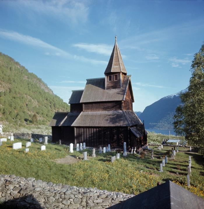 Urnes Stave Church está maravilhosamente localizado acima do Lustrafjord.